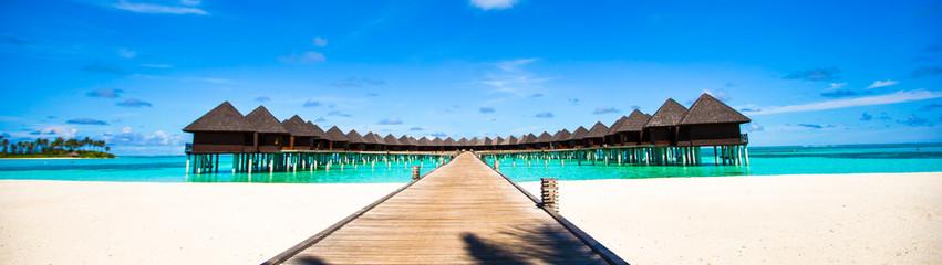 Wodne bungalowy i drewniane molo na Malediwach