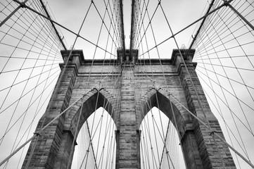 Most Brooklyński w Nowym Jorku z bliska detalu architektonicznego w ponadczasowym czerni i bieli