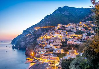 Słońce ustalony widok Positano wioska przy Amalfi wybrzeżem, Włochy.