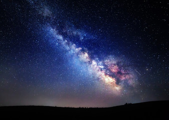 Droga Mleczna. Piękne letnie nocne niebo z gwiazdami na Krymie