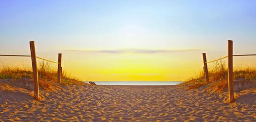Ścieżka na piasku iść ocean w Miami Beach Floryda przy wschodem słońca lub zmierzchem, piękny natura krajobraz, retro instagram filtr dla roczników spojrzeń