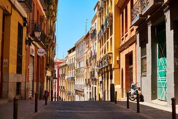 Hiszpania. Madryt. Słoneczny letni dzień. Stara ulica.