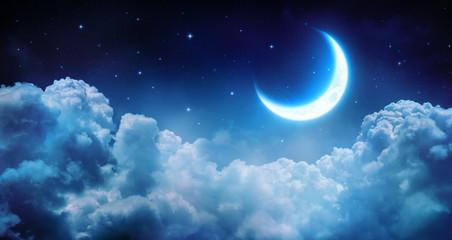 Romantyczny księżyc w gwiaździstą noc nad chmurami