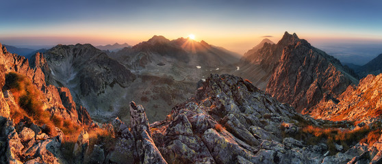 Zmierzch panoramy natury jesieni halny krajobraz, Sistani