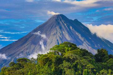 Nominał ... Wulkan Arenal w środku popołudnia. W prawym górnym rogu znajduje się Cerro Chato, nieaktywny wulkan Nieaktywny przez około 3500 lat z wysokością 3740 stóp (1140 m).
