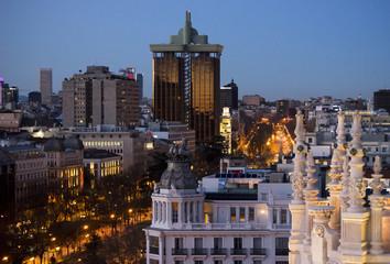 Hora azul en Madrid. Paseo del Prado al anochecer.