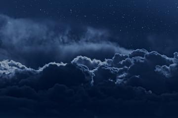 Zachmurzone nocne niebo