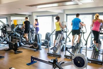 Dopasuj osoby ćwiczące przy użyciu maszyn
