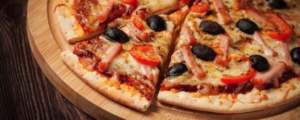 Pizza z szynką z bliska skrzynki na listy