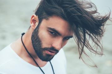 Portret mężczyzny z brodą i nowoczesną fryzurą