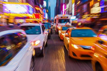 Zdjęcie z kreatywnym efektem powiększenia z ruchu na nocnym Manhattanie w Nowym Jorku