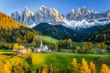 Jesienny krajobraz górski o zachodzie słońca