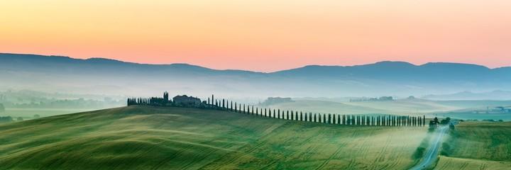 letni krajobraz Toskanii we Włoszech.