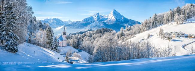 Idylliczny zimowy krajobraz z kaplicą w Alpach, Berchtesgadener Land, Bawaria, Niemcy