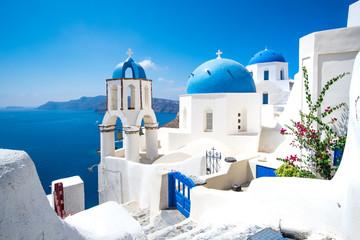 Sceniczny widok biel domy i błękitne kopuły na Santorini