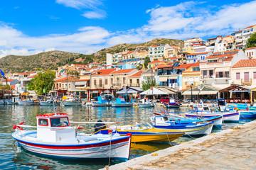 Tradycyjne kolorowe Greckie łodzie rybackie w Pythagorion porcie, Samos wyspa, Grecja