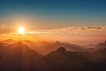 kolorowy zachód słońca na szczycie austriackich Alp górskich