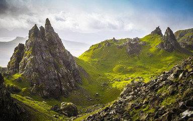 Antyczne skały stary człowiek Storr w chmurnym dniu - wyspa Skye, Szkocja, UK