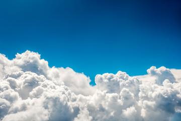 Niebieskie chmury i niebo