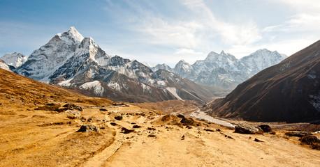 Głęboka dolina w górach Himalajach