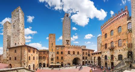 Sławny piazza Del Duomo w historycznym San Gimignano, Tuscany, Włochy