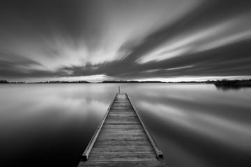 Molo na jeziorze w czerni i bieli