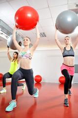 Klub fitness - ćwiczące kobiety z piłkami.
