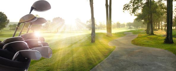 Kierowcy klubów golfowych nad pięknym polem golfowym o zachodzie słońca, wschodzie słońca.