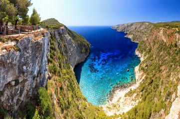 Piękna panorama z wierzchu stromych falez przy Kampi na wyspie Zakynthos, Grecja