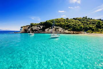 Żaglówki w pięknej zatoce, wyspa Paxos, Grecja