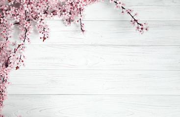 tło wiosna. owocowe kwiaty na drewnianym stole