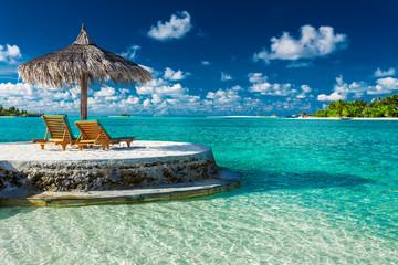Dwa leżaki pod parasolem z widokiem na ocean na Malediwach
