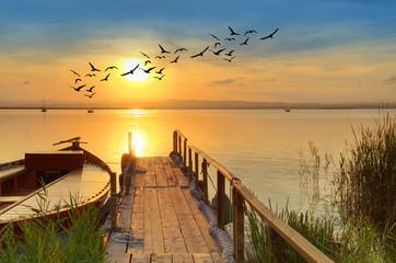 zachód słońca nad tradycyjnym drewnianym molo