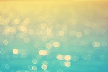 Plama zmierzchu tropikalna plaża z bokeh słońca lekkiej fala abstrakta tłem. Koncepcja podróży.
