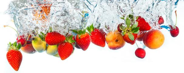 świeże owoce wpadają do wody