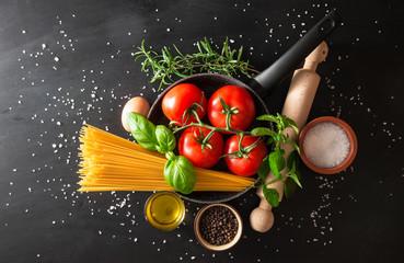 preparazione pasta italiana su fondo nero
