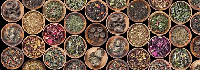 Zestaw różnych herbaty w spodek na czarnym tle