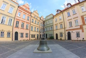 Warszawa, trójboczny plac przy ulicy Kanoniej. W rogu znajduje się najwęższa kamienica na warszawskim Starym Mieście. Ma 2m szerokości i jest też najwęższą w Europie