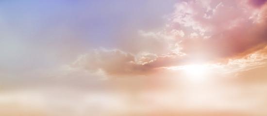 Marzycielski Romantic Sky Scape - piękna szeroka brzoskwinia i ciemnoniebieskie niebo i chmurka z wybuchem światła słonecznego wydobywającego się spod podstawy chmur z dużą ilością miejsca na kopię