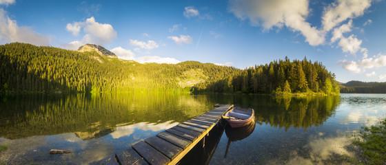 Łódka zacumowana nad pięknym,górskim jeziorem