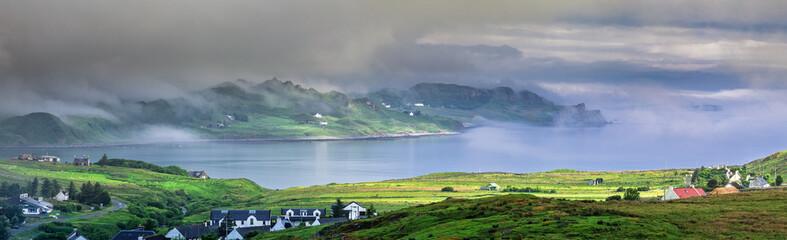 Mglisty poranek - Panoramiczny widok zatoki Staffin na wyspie Skye w Szkocji