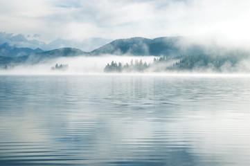 Ciężka mgła wczesnym rankiem na górskim jeziorze Wczesny poranek na jeziorze Yazevoe w górach Ałtaju, Kazachstan