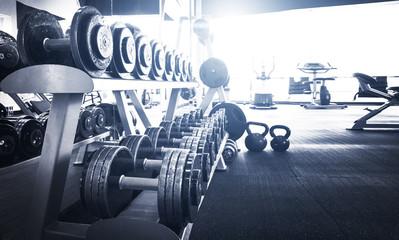 Stare wnętrze siłowni ze sprzętem