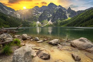 Oko Denny jezioro w Tatrzańskich górach przy zmierzchem, Polska