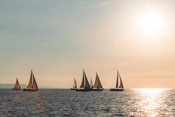 żeglowanie na morzu podczas zachodu słońca