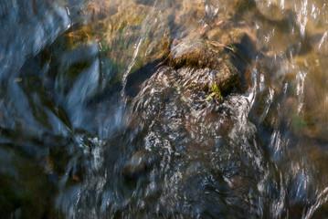 abstrakcyjne tło z płynącej wzburzonej wody
