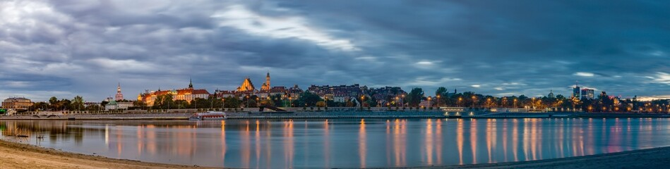 Panorama Warszawy nad Wisłą o zachodzie słońca