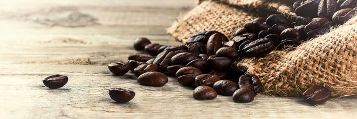 Piec kawowe fasole na starym drewnianym tle
