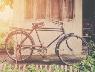 Rocznika bicykl lub stary rowerowy rocznika park na starym ściana domu.