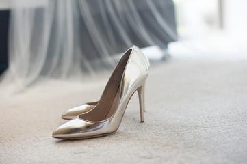 Seksowne buty damskie na obcasie błyszczą ustawione na dywanie